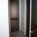 скрытые двери,заполнение зеркало сатин+кожаная вставка