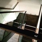 лестница на косоурах со стеклянным ограждением